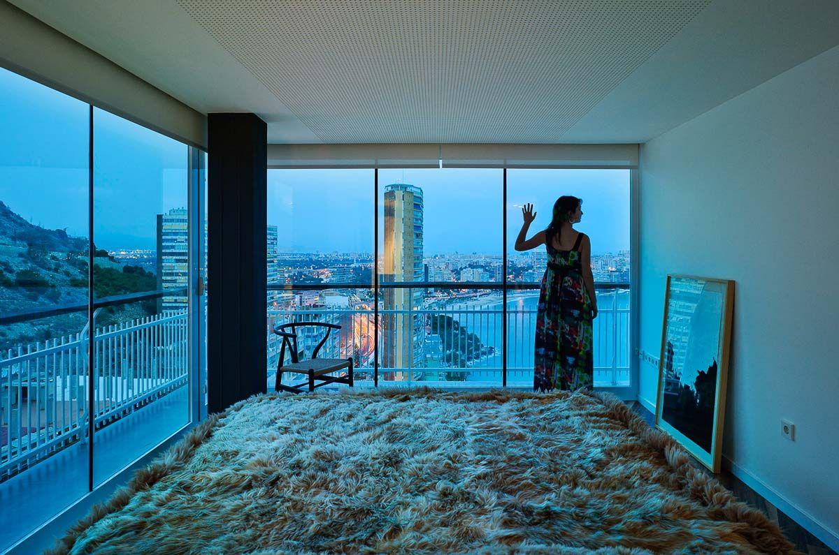 Dormitorio vista nocturna. Reforma de ático en Alicante por Araque Maqueda Construcción