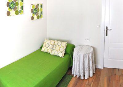 Dormitorio verde. Reforma casa de campo en pinoso Alicante por Araque Maqueda construccion