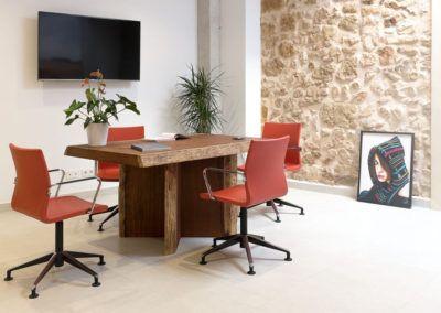 Mesa reuniones. Acondicionamiento de local para showroom en Pinoso por Araque Maqueda