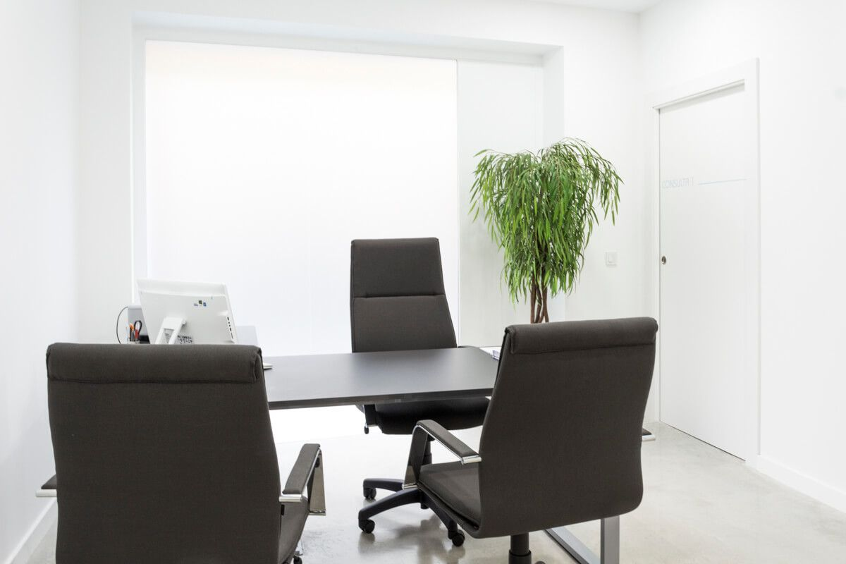 Sala de consulta. Reforma de local comercial para clínica en Elda por Araque Maqueda