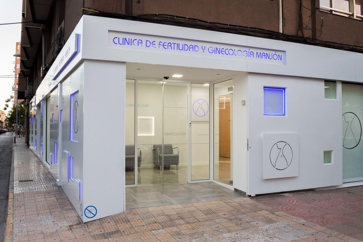 Fachada led. Reforma de local comercial para clínica en Elda por Araque Maqueda