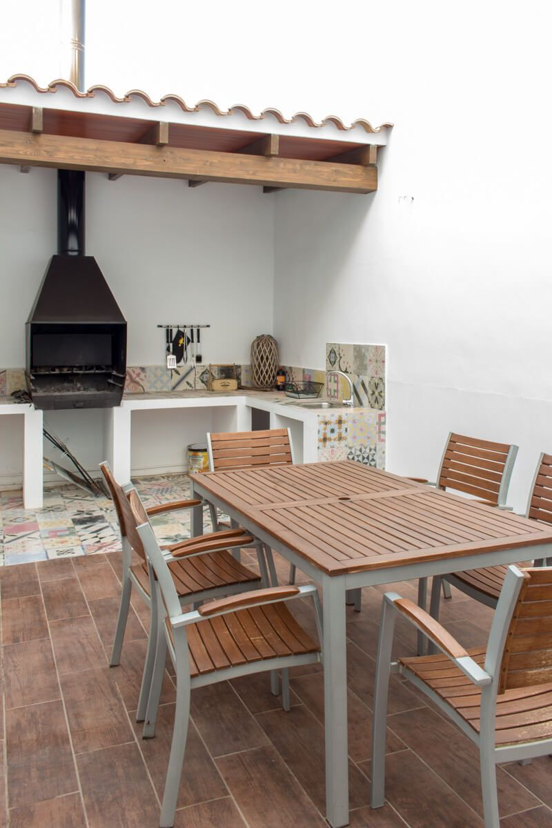 mesa patio Reforma de adosado en Pinoso por Araque Maqueda