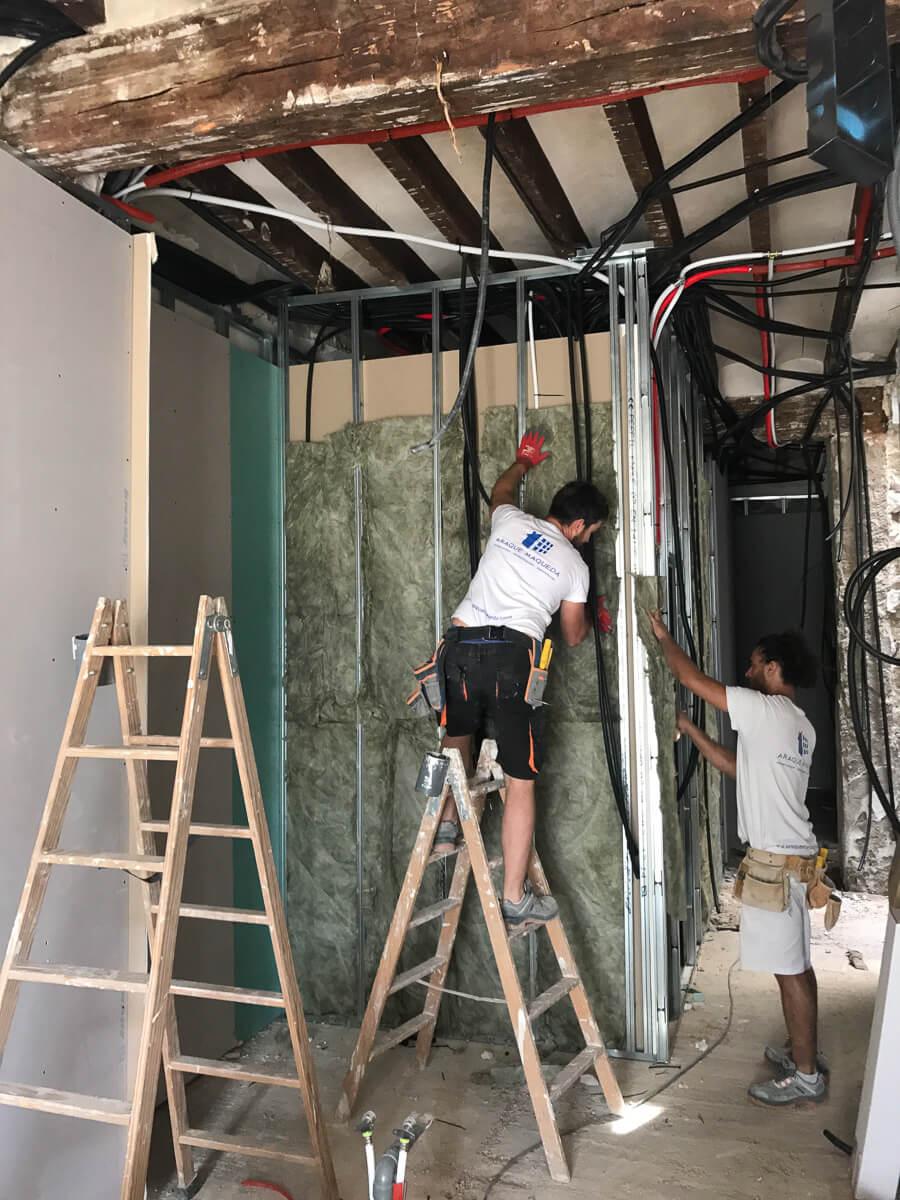 Construcción de cocina de reforma de apartamento en Alicante por Araque Maqueda