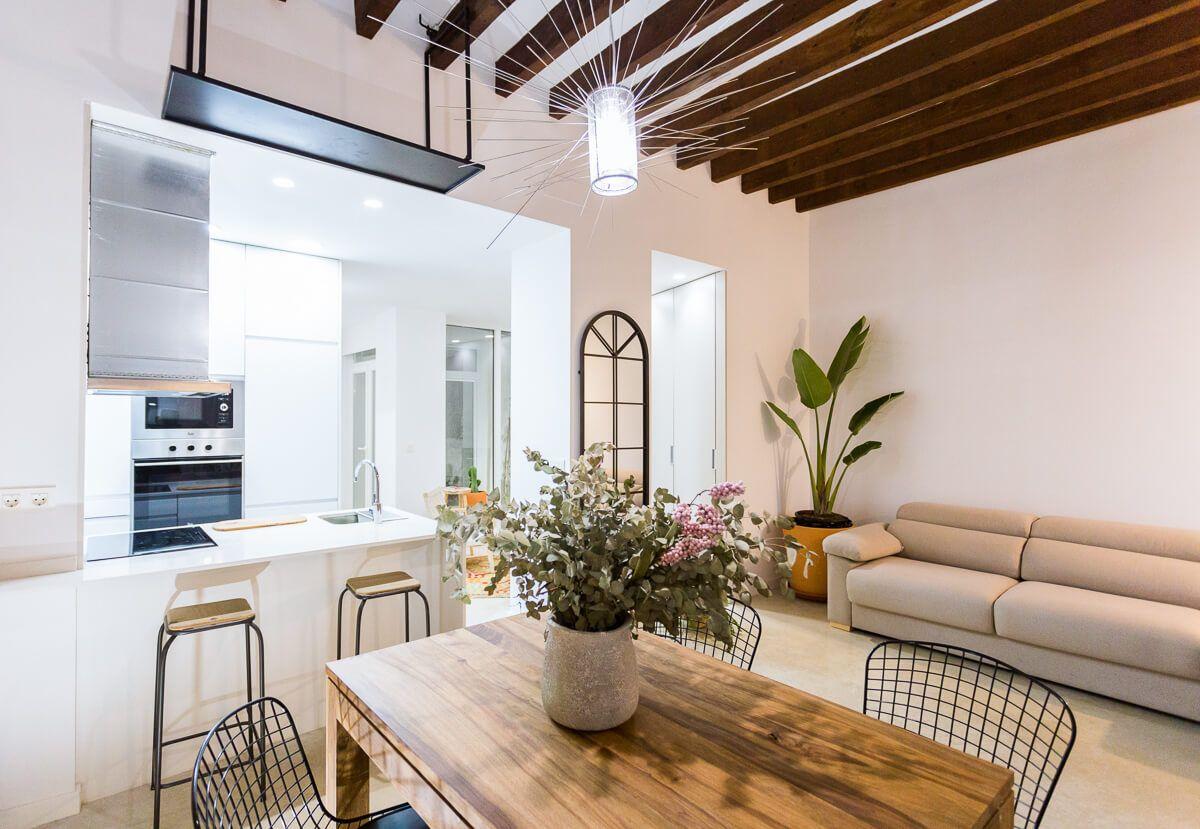 Mesa comedor de reforma de apartamento en Alicante por Araque Maqueda