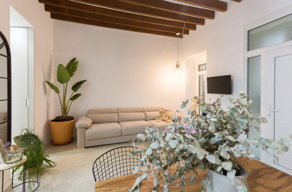 Vista de salón de reforma de apartamento en Alicante por Araque Maqueda