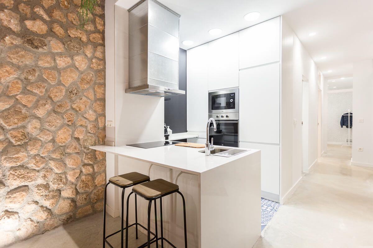 Cocina de reforma de apartamento en Alicante por Araque Maqueda