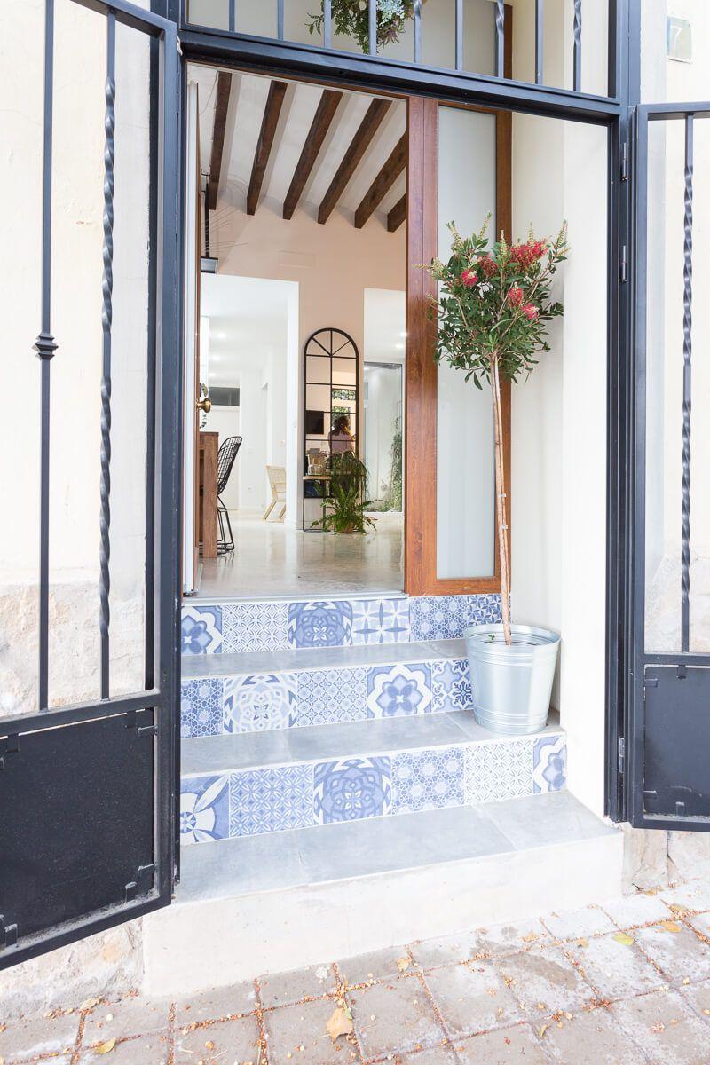 puerta de entrada en reforma de apartamento en Alicante por Araque Maqueda