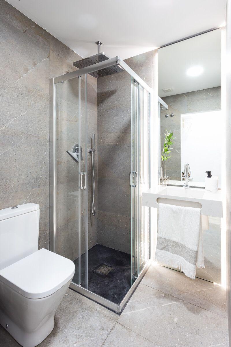 Baño privado de reforma de apartamento en Alicante por Araque Maqueda