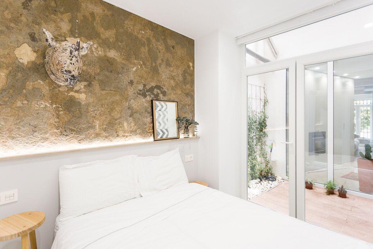 Dormitorio y patio Baño privado de reforma de apartamento en Alicante por Araque Maqueda