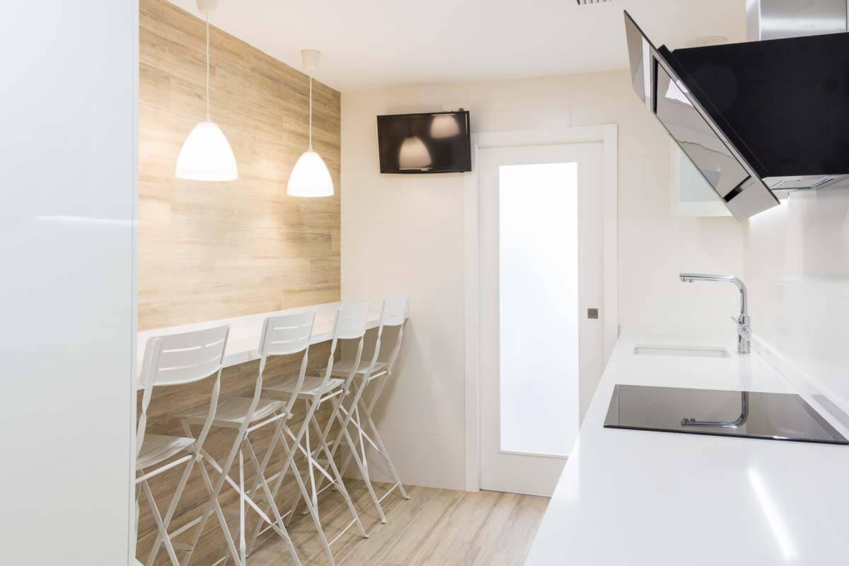 Barra y puerta. reforma de cocina de cocina en Elda por Araque Maqueda