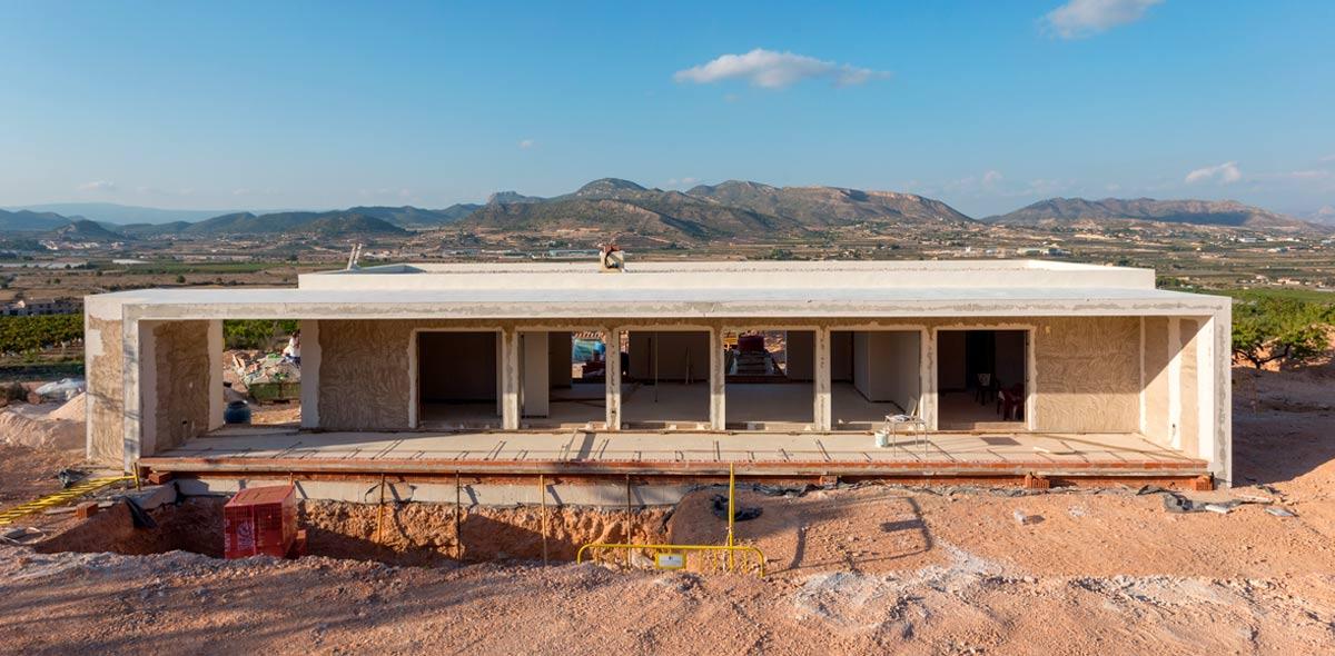 Fachada en obra de proyecto de chalet en Hondón de las Nieves (Alicante) por Araque Maqueda