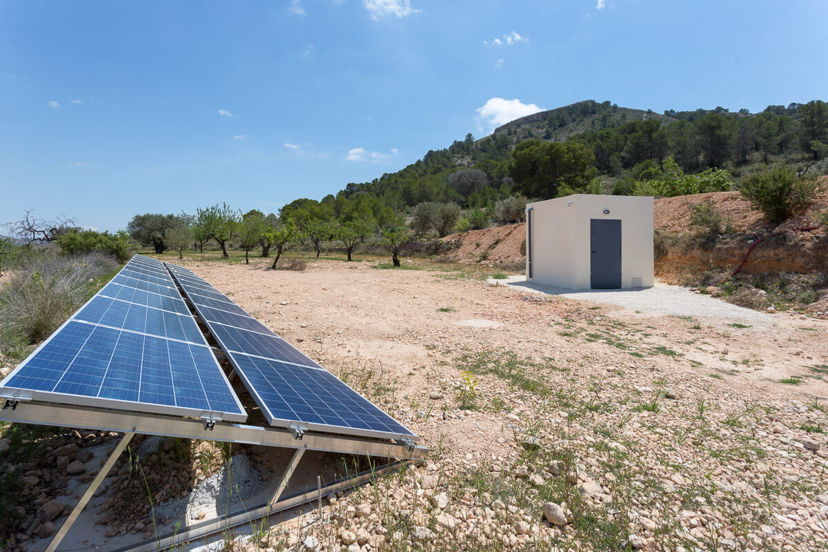 Placas solares de Chalet minimalista en Hondon de las Nieves (Alicante) por Araque Maqueda