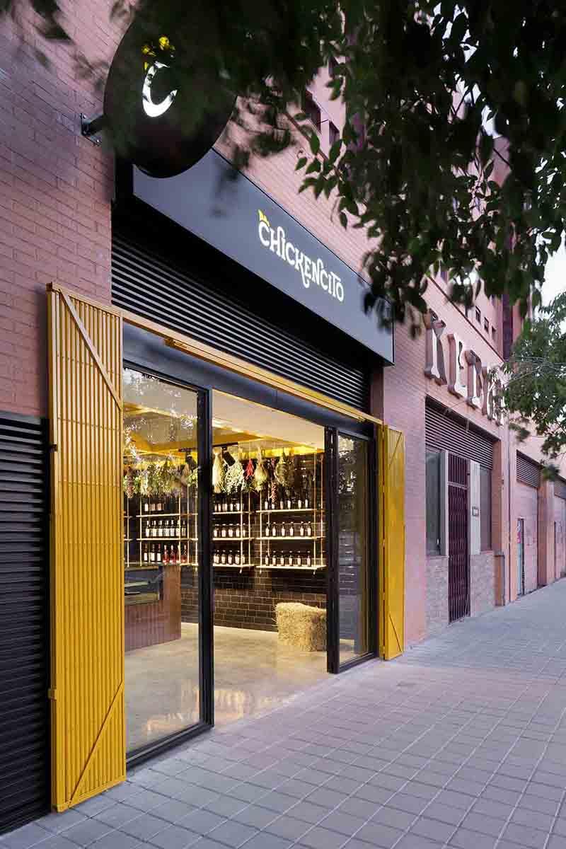 Acceso a local para asador de pollos en Alicante por Araque Maqueda