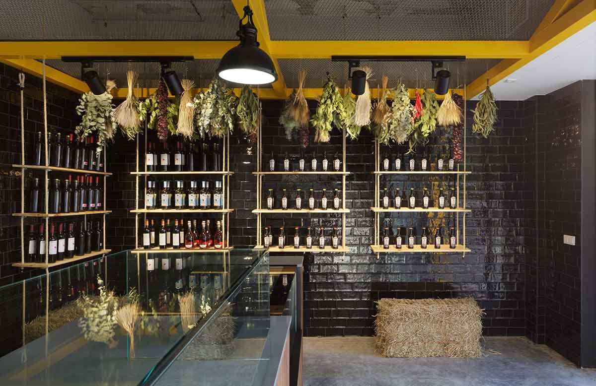 Estanterías originales en local para asador de pollos en Alicante por Araque Maqueda