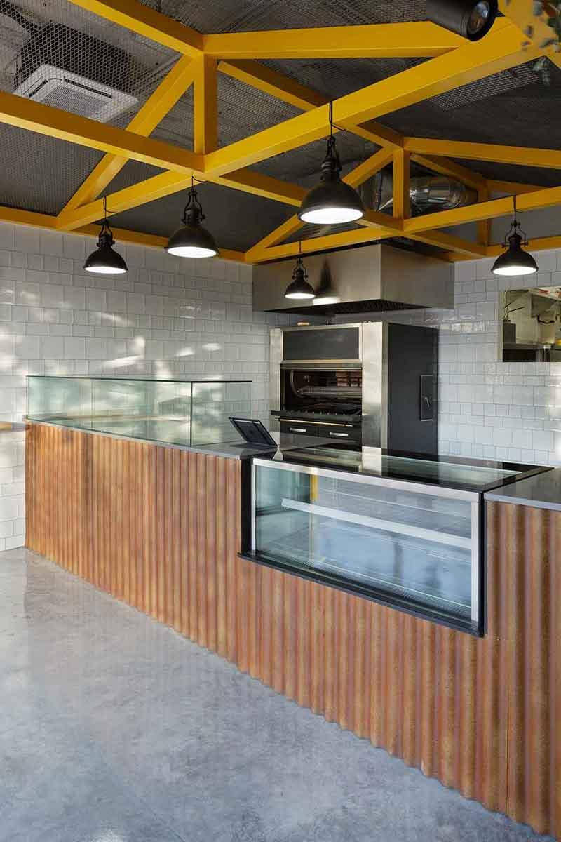 Horno de brasas en local para asador de pollos en Alicante por Araque Maqueda