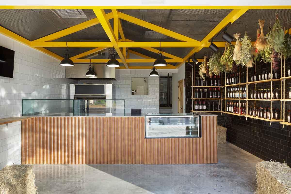 Mostrador frontal en local para asador de pollos en Alicante por Araque Maqueda