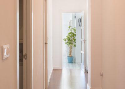 pasillo y cocina de Reforma para unir dos viviendas en Alicante por Araque Maqueda