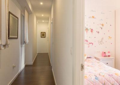 pasillo y habitacion infantil Reforma para unir dos viviendas en Alicante por Araque Maqueda